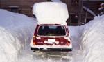 ciscenje-snega-sa-krova-auta
